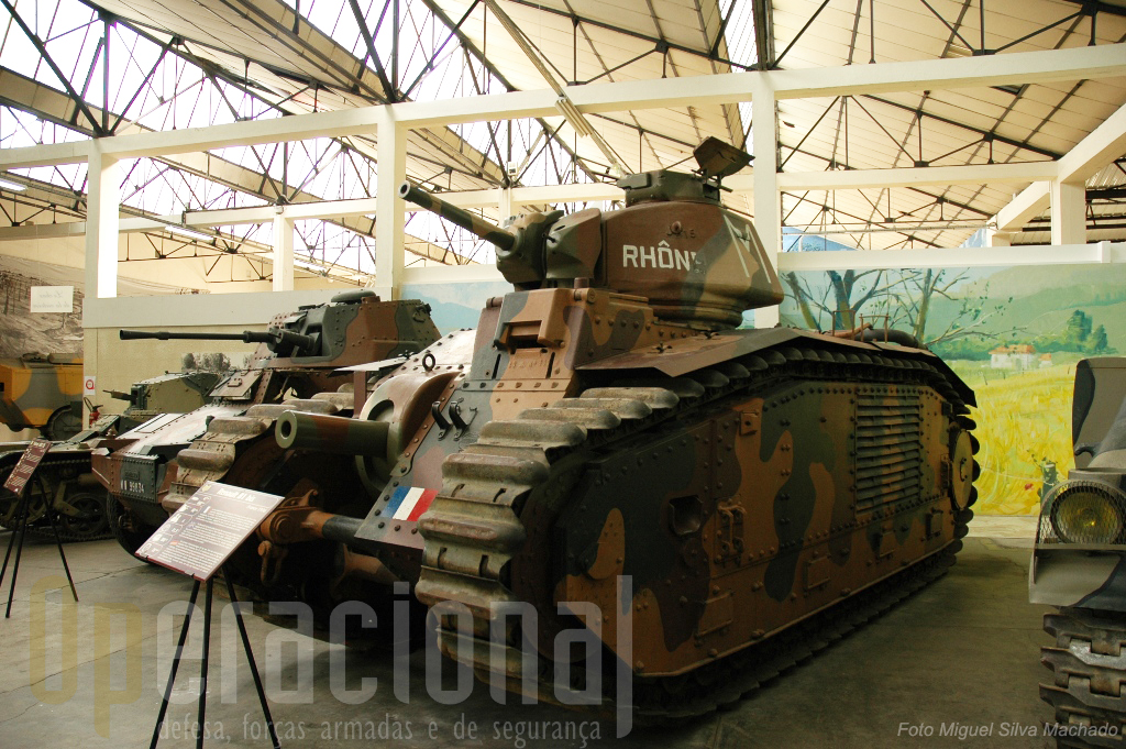 """O """"Renault B 1bis"""", o mais potente carro de combate francês em 1940. Em 2º plano  a autometralhadora""""Panhard AMD 178"""" também usada na 2ª Guerra Mundial"""