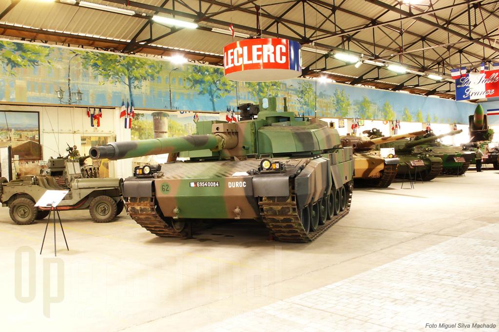 """A sala dedicada à França contemporânea, cmo seria de esperar é das mais completas. """"Abre"""" com o novissimo Leclerc e ao fundo pode ver-se o """"AMX 30 Pluton"""", lançador do missil nuclear táctico"""