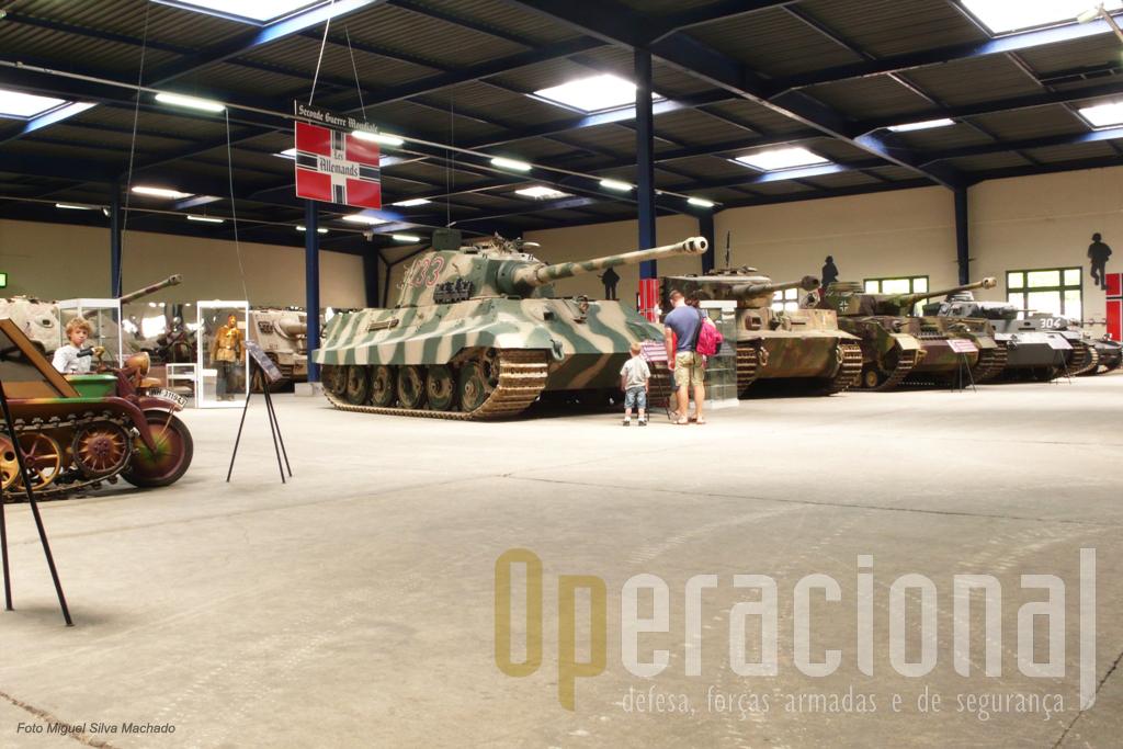 """Vista geral da sala dedicada ao material alemão da 2ª Guerra Mundial. O """"Tigre II"""" é o único no mundo em funcionamento."""