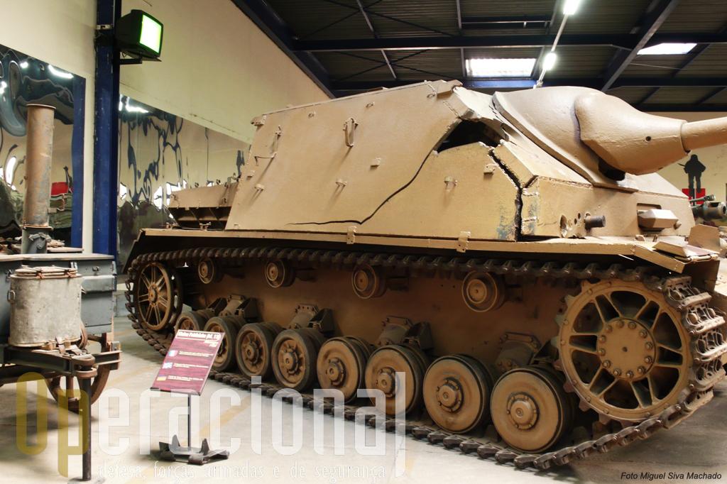"""Algumas das viaturas expostas foram capturadas no campo de batalha. É o caso deste """"Jagdpanzer IV/70A Zwishenlosung"""" duramente atingido por três projécteis"""