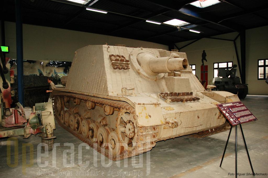 """Este """"Strumpanzer Brumbar"""" com uma peça de 150mm destinava-se a apoiar o avanço da infantaria"""