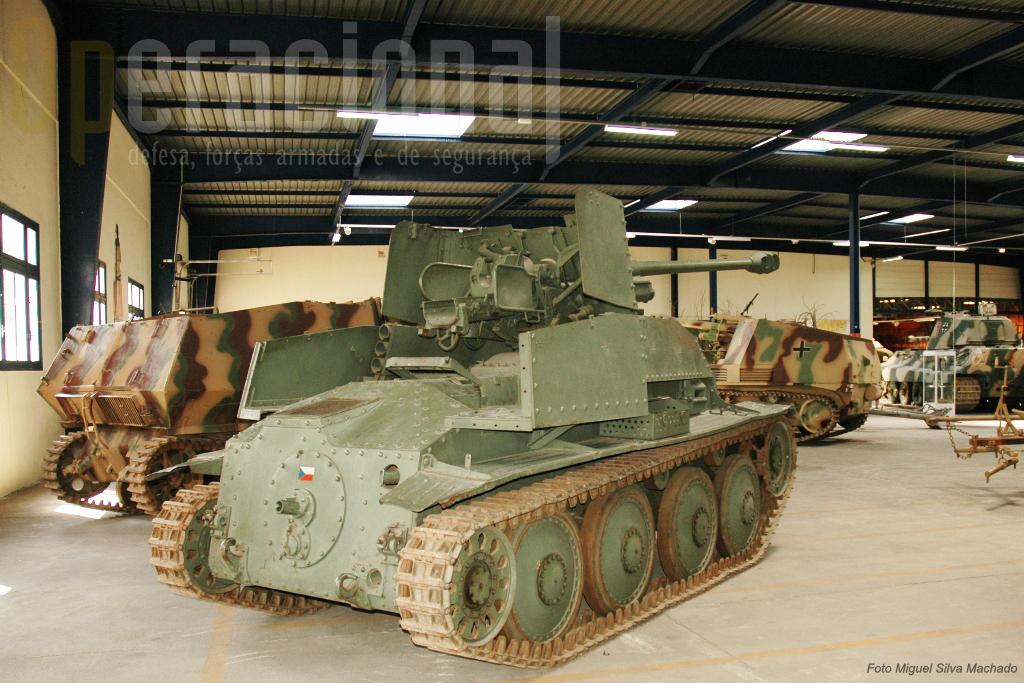"""Esta sala apresenta uma boa colecção de autopropulsados """"de ocasião"""", aqui um """"Marder III"""", canhão anti-carro soviético 76,2mm captuado foi instalado num chassis do carro de combate Checoslovaco """"TNHP""""."""