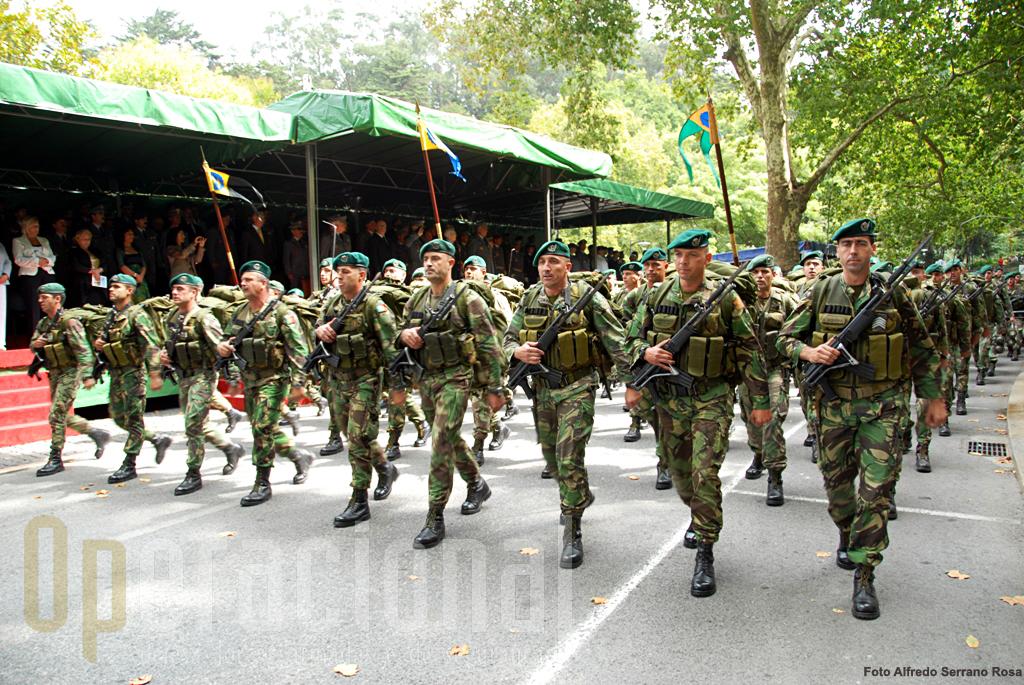 """O 1º batalhão de infantaria pára-quedista de Tomar, desfilou em """"frente 9"""", armado e equipado para combate."""