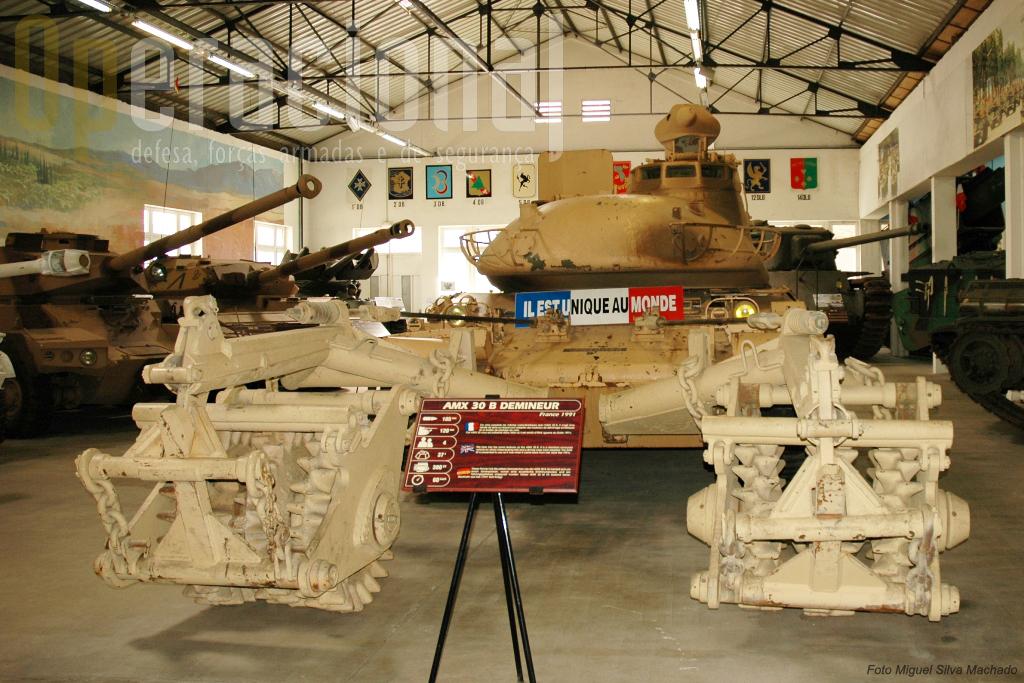 Construído de urgência para acudir a uma necessidade da Guerra do Golfo, este AMX 30 equipado para desminagem com acessórios vindos da ex-Alemanha Democrática, é hoje atracção de museu