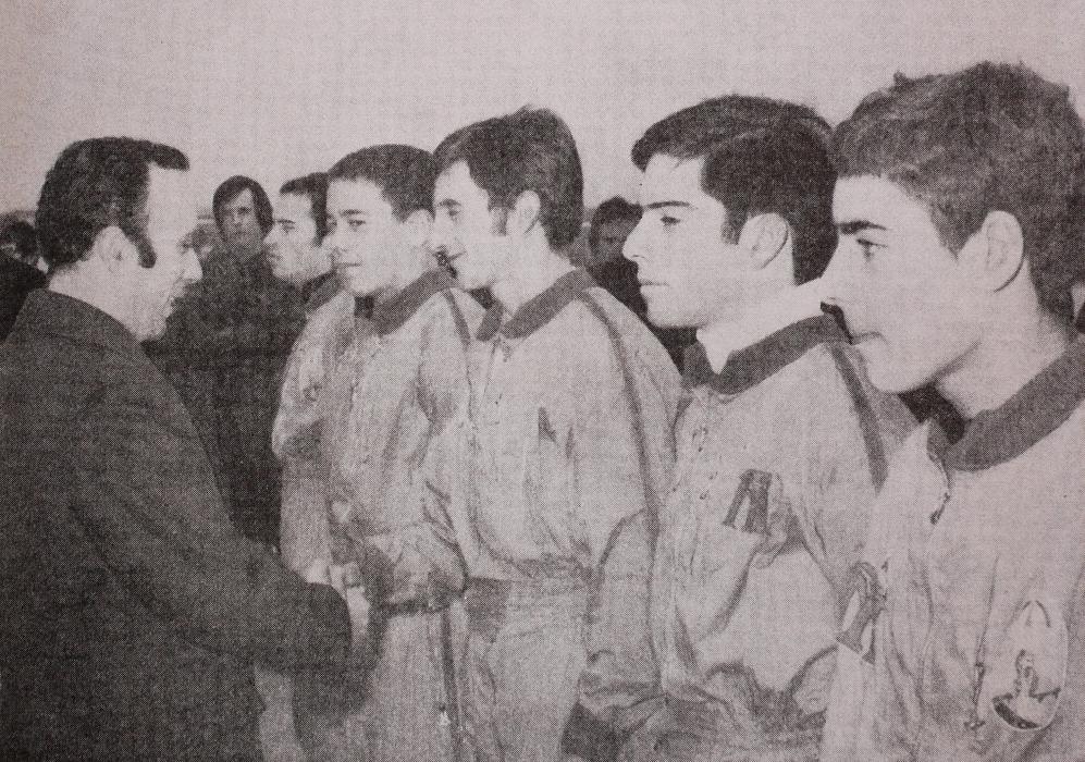 1972 (Alverca): pára-quedistas desportivos formados pela ONMP são felicitados no fim do curso. (Foto de arquivo)