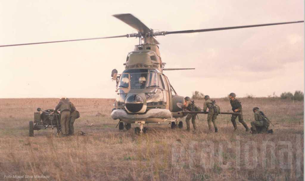 No inicio dos anos 90, um morteiro120 e respectiva guarnição da Brigada de Pára-quedistas Ligeira da Força Aérea no decurso de um exercicio