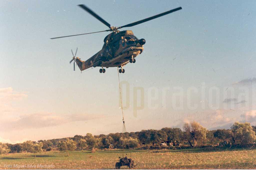 Um só Puma transportava 1 morteiro 120, munições e a esquadra que operava esta arma de apoio