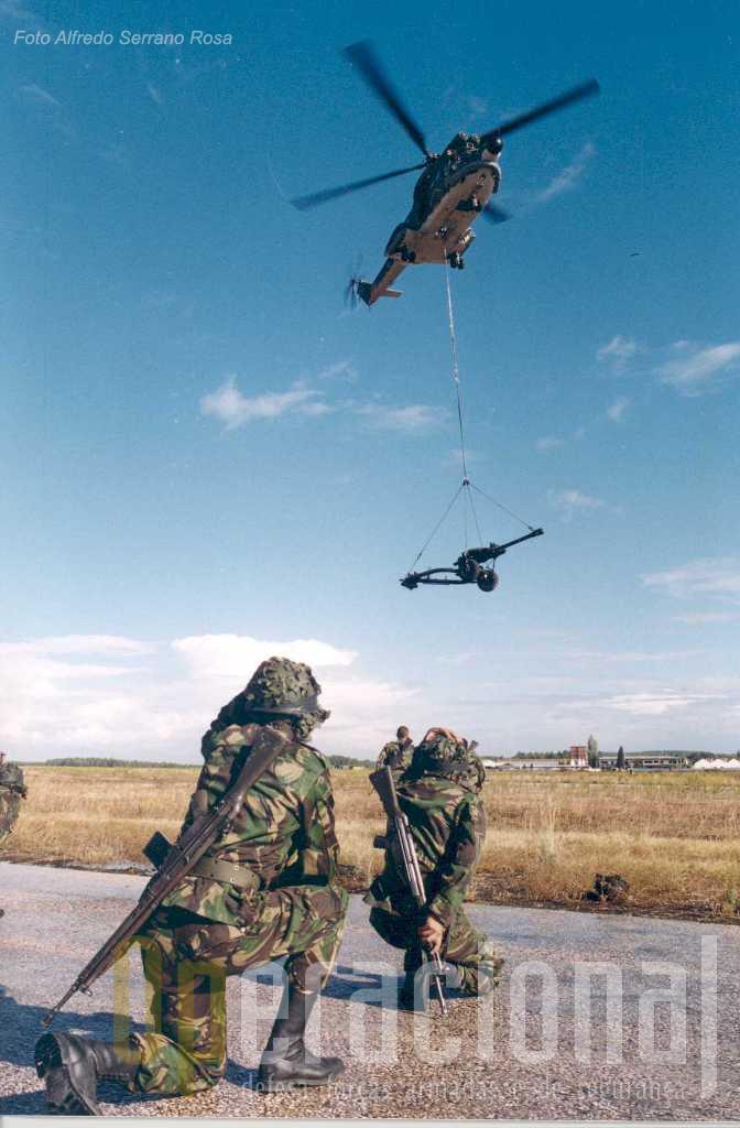 """Os """"Light Gun da artilharia de campanha do Exército foram muitas vezes transportados pelos Puma"""