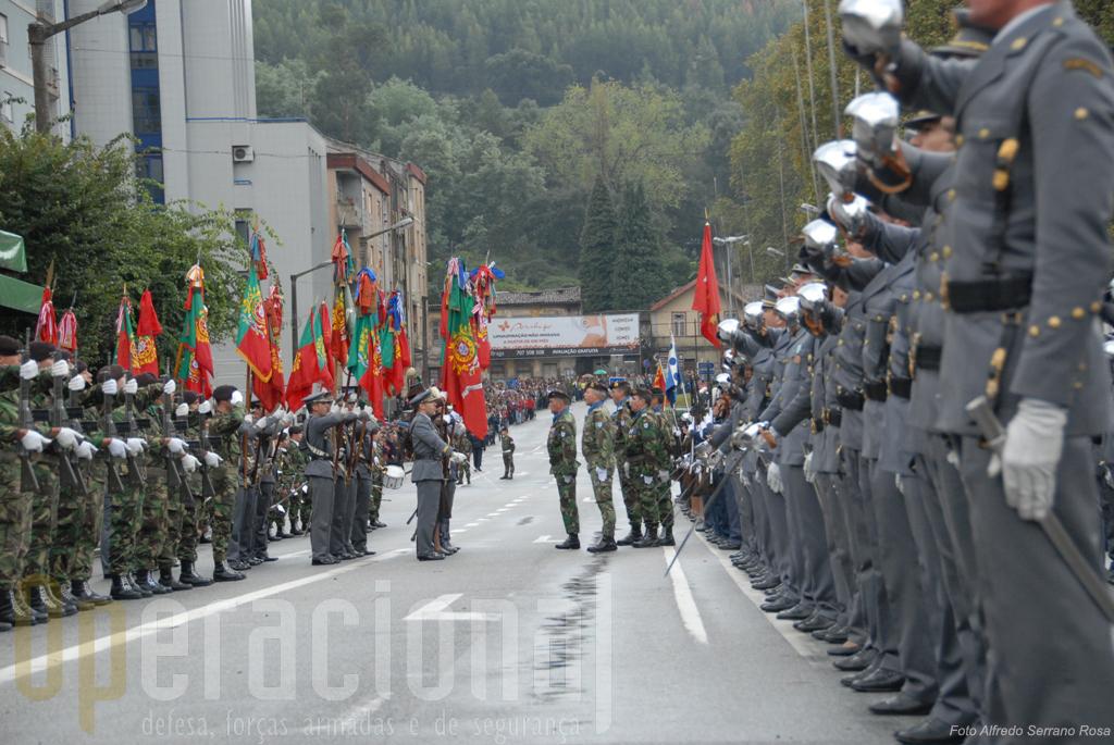 O Bloco de Estandartes Nacionais integra-se na formatura geral das forças em parada