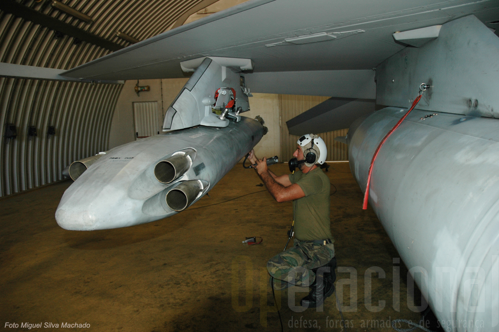 """Teste do """"SW5003"""" pa verificar se o sistema de """"largagem de armamento"""" está a funcionar antes de uma missão de treino"""