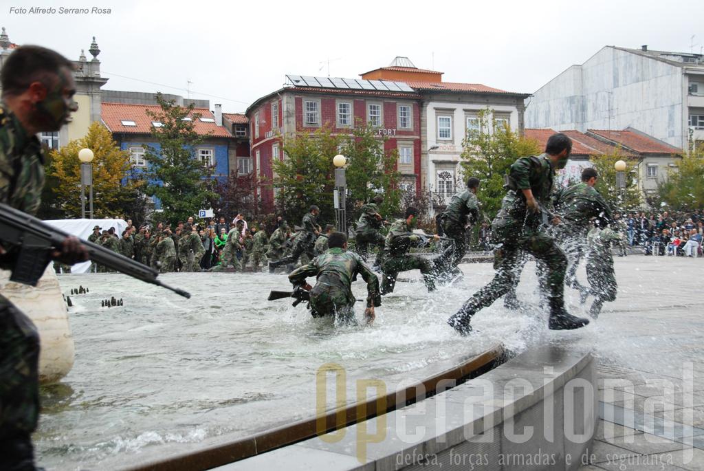 """Os jovens cadetes da Academia Militar fizeram uma demostração, bem """"rija"""""""