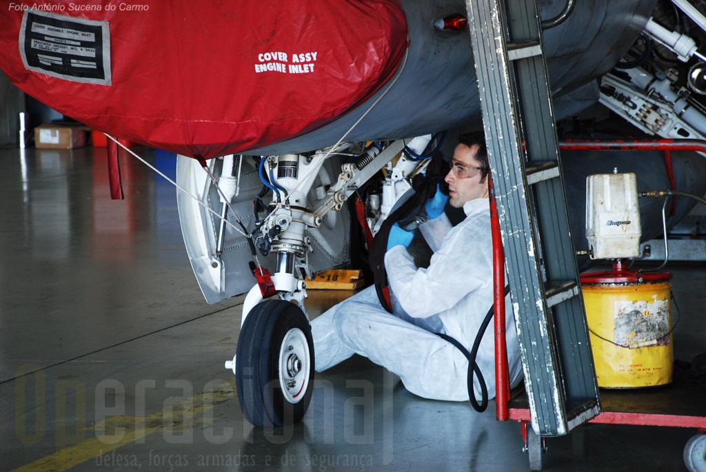 A lubrificação do F-16 abrange naturalmente os mais diferentes componentes