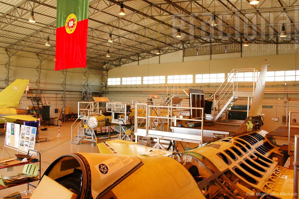 """A """"Doca 4"""" com a Bandeira Nacional sempre presente para não haver dúvidas. Aqui quem trabalha é a Força Aérea Portuguesa."""