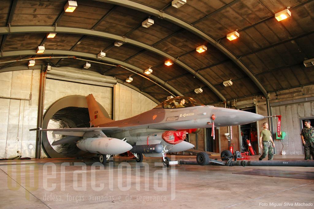 "Dentro de minutos este F-16 vai ver oseu motor testado no banco de ensaios. Note que a aeronave está equipada com o recente ""targeting pod"""