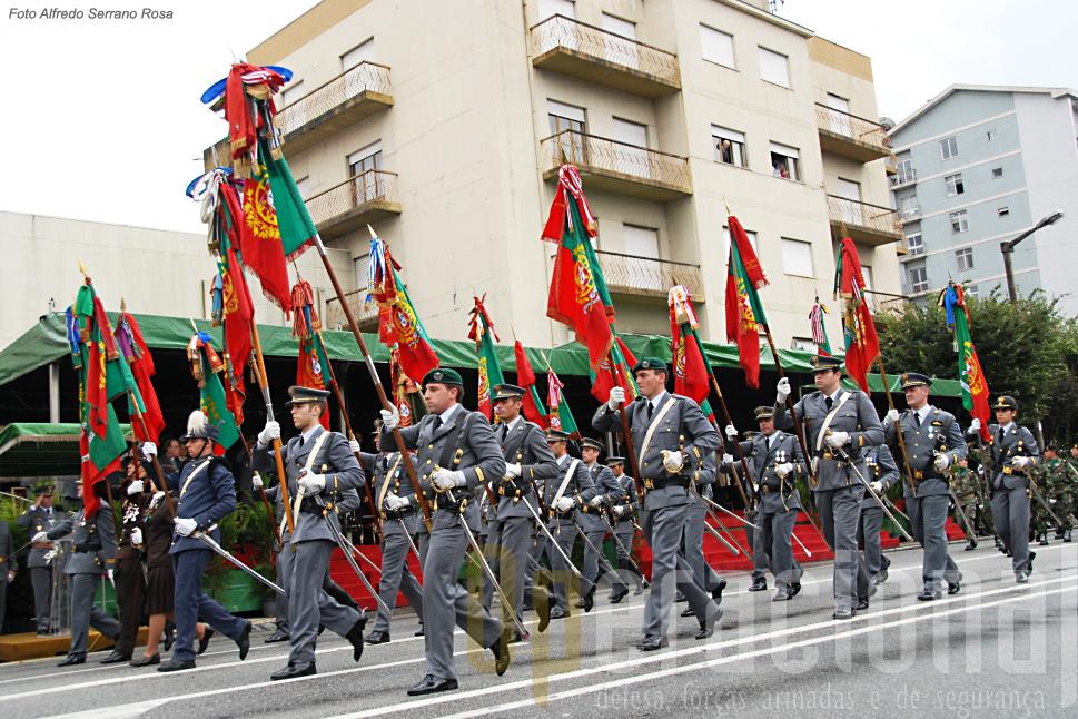 Acerimónia encerra-se com o desfile o quel é encabeçado pelo Bloco de Estandartes Nacionais de Unidades do Exército
