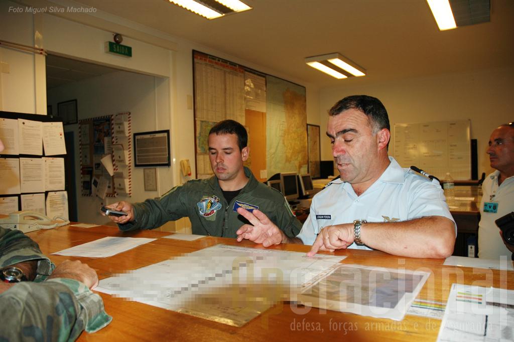 """Nas """"operações"""" da Esquadra 201 o Tenente PILAV Tomás Virgilio troca impressões com o Tenente-Coronel Joaquim Pereira."""