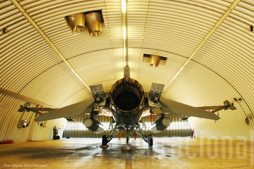 Estes F-16A estão prontos para efectuar intercepões, no fundo uma missão muito próxima da que já cumpriram nos Países Bálticos na fronteira da Rússia
