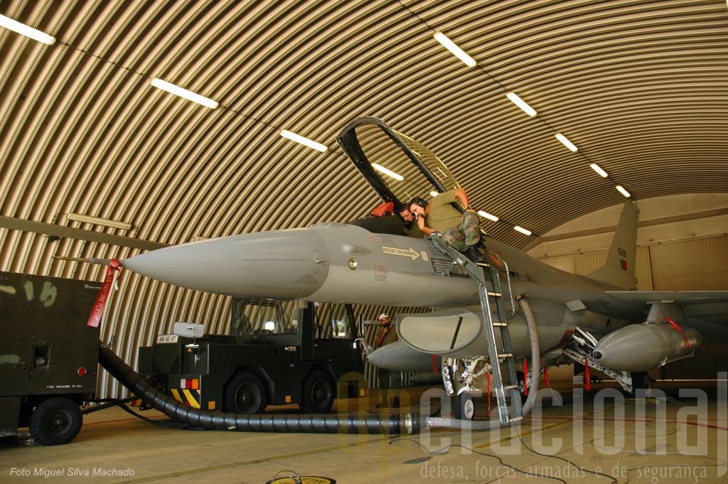 Este F-16AM (ou MLU - Mid Life Update) está a ser sujeito a testes a alguns dos seus sistemas de armas
