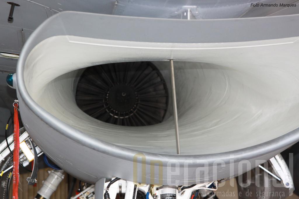 Detalhe da entrada de ar com o motor visivel