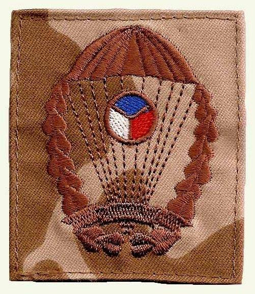 Versão do distintivo pára-quedista para uso no uniforme camuflado - padrão desértico. (Col. do autor)
