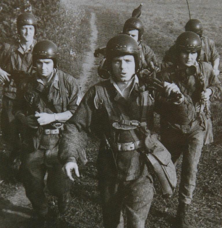 Pára-quedistas checoslovacos durante um exercício nos anos 60. (Foto de arquivo MDCheco)