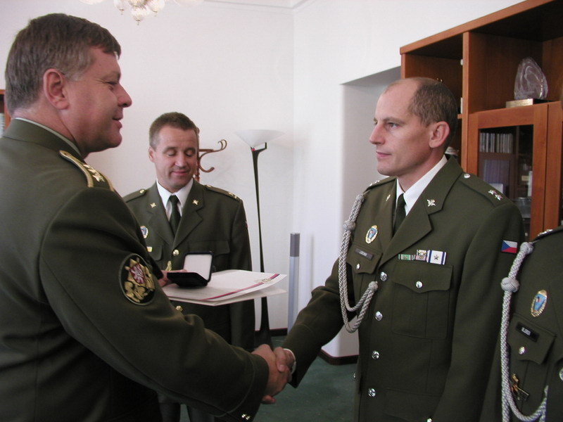 2008: pára-quedistas checos numa cerimónia oficial. Note-se o posicionamento do distintivo de qualificação pára-quedista no uniforme. (Foto MDCheco via autor)