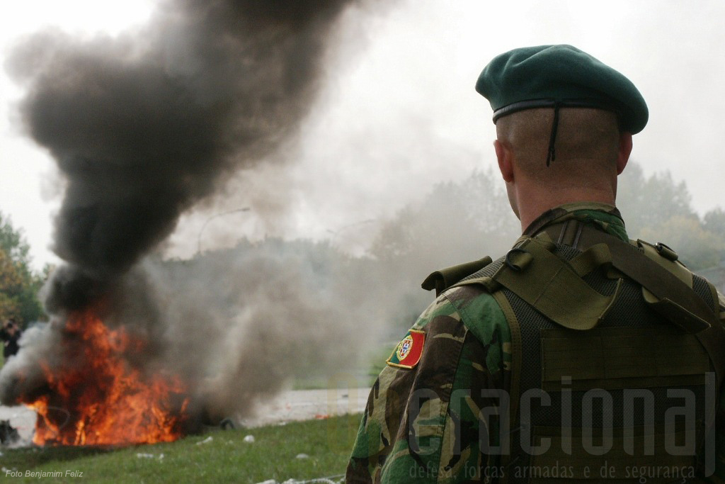 Os inquiridos neste inquérito seguem a tendência normal em qualquer país de atribuir às Forças Armadas a satisfação de missões que outros não conseguem cumprir. A confiança na Instituição Militar continua em alta.