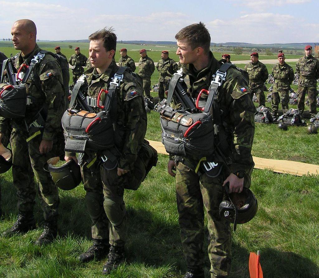 Pára-quedistas checos preparando-se para a execução de um salto de manutenção e treino. (Foto 102BatRec via autor)