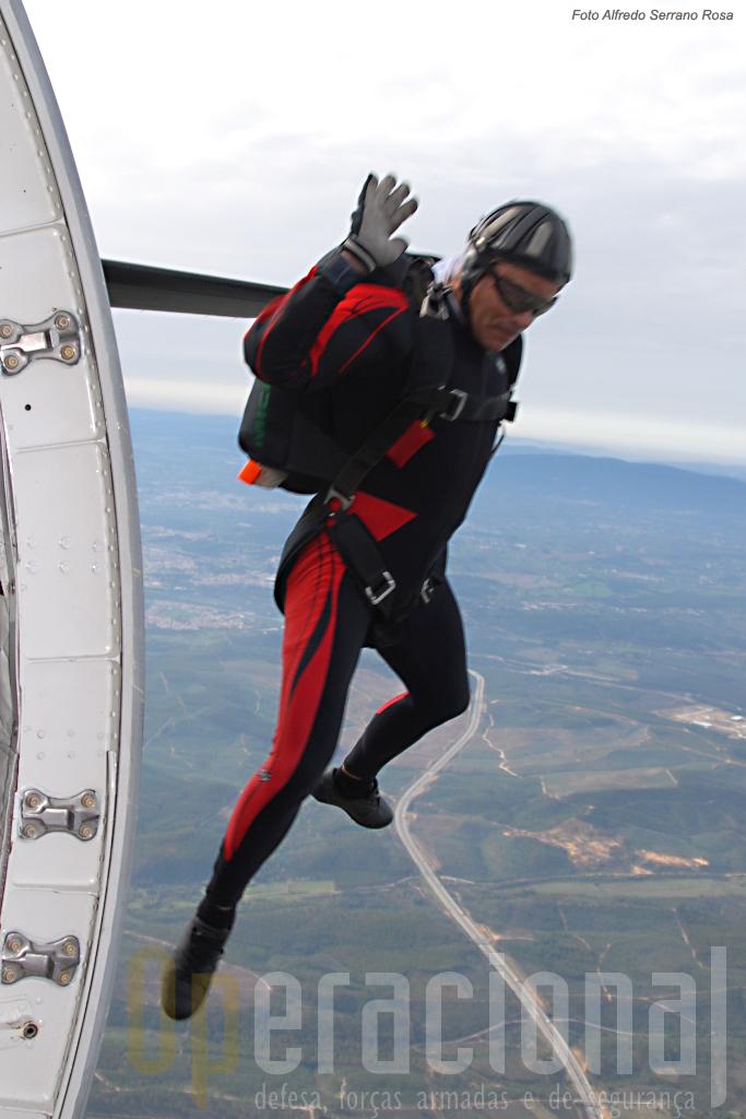 Salto de abertura manual a partir de C-295M sobre o Arripiado