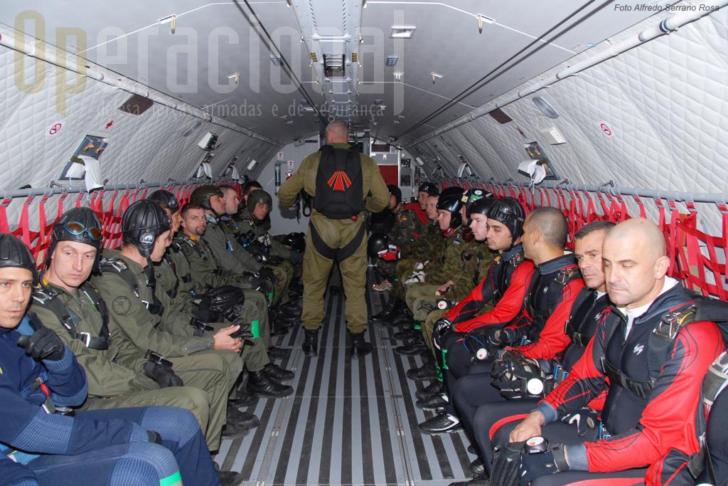 Várias equipas - a portuguesa é a primeira à direita - prontas para o salto de abertura manual dentro do C-295M.