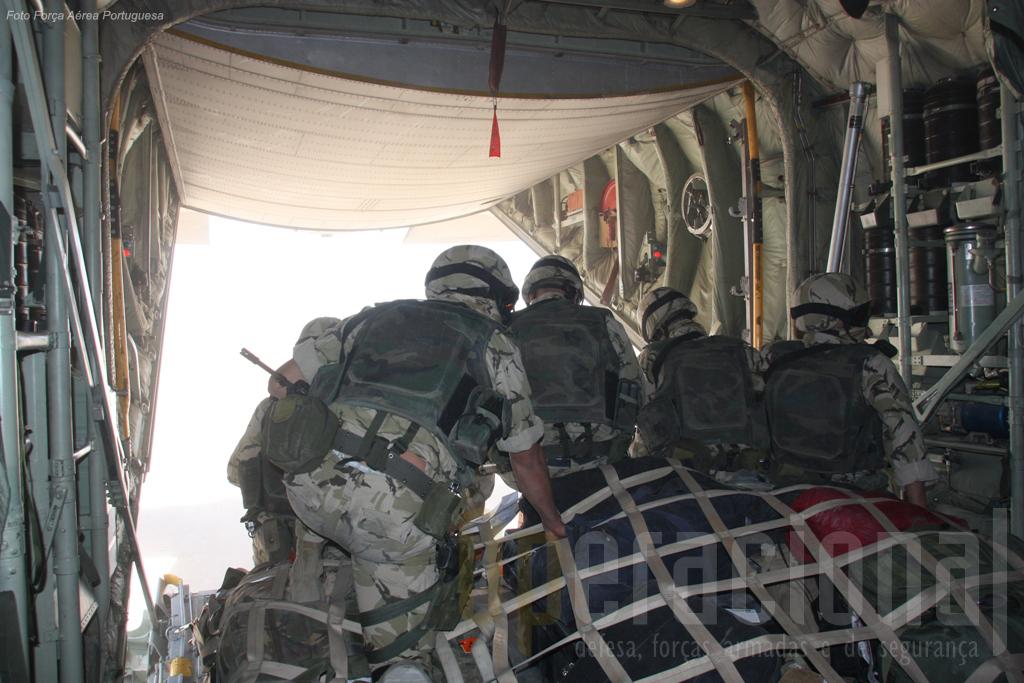 Missão em Farah (Afeganistão): a rampa do C-130 está a abrir, a Equipa Táctica está pronta a sair da aeronave