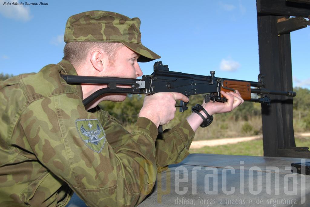 A prova de tiro efectua-se com a arma regulamentar da unidade que organiza. Em Portugal a Galil 5,56mm.