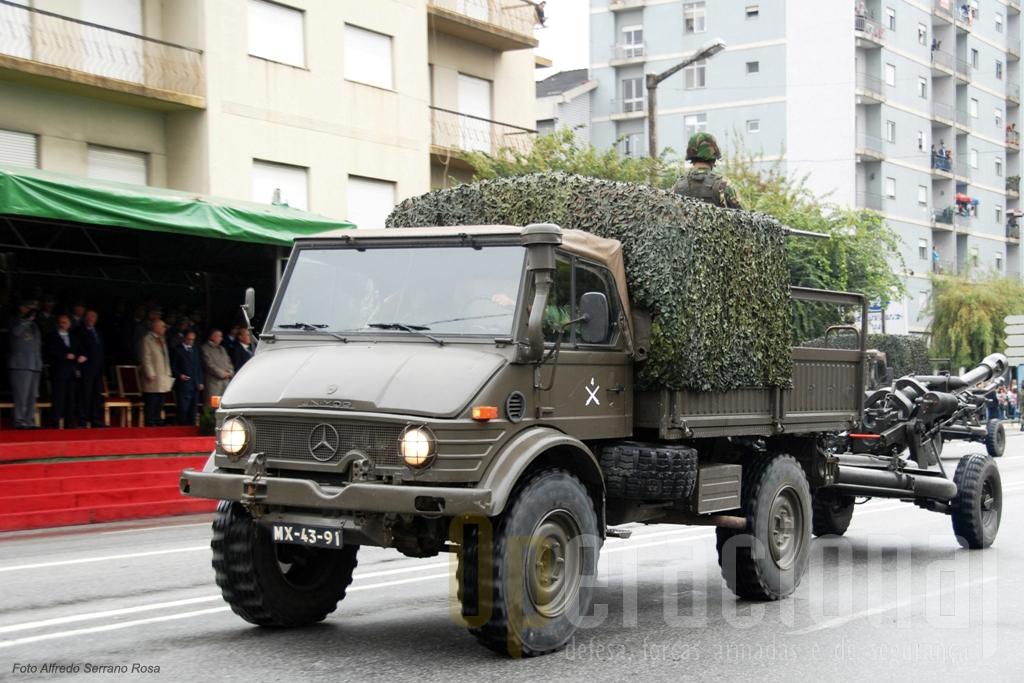 """Os Unimog Mercedes U1100L continuam ao serviço, aqui para rebocar o obus """"Light Gun"""" 105mm"""