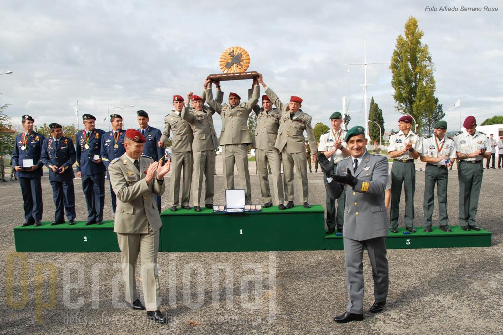 A equipa vencedora: Ecole des Tropes Aeroportées de Pau (Exército Francês)