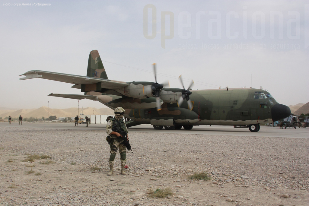 """C-130 & UPF em Qala-i-Naw. A """"cruz de cristo"""" tem sido presença constante nestas paragens desde 2002."""