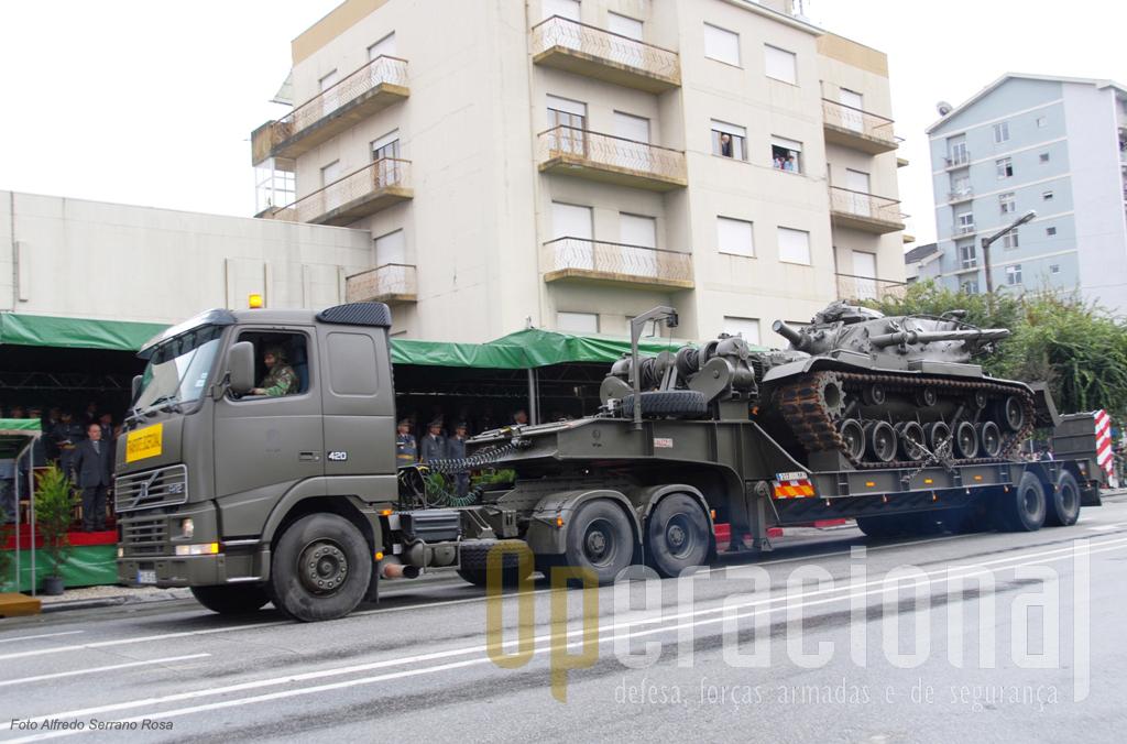 O Volvo tractor de 70 toneladas rebocando uma plataforma com o M728