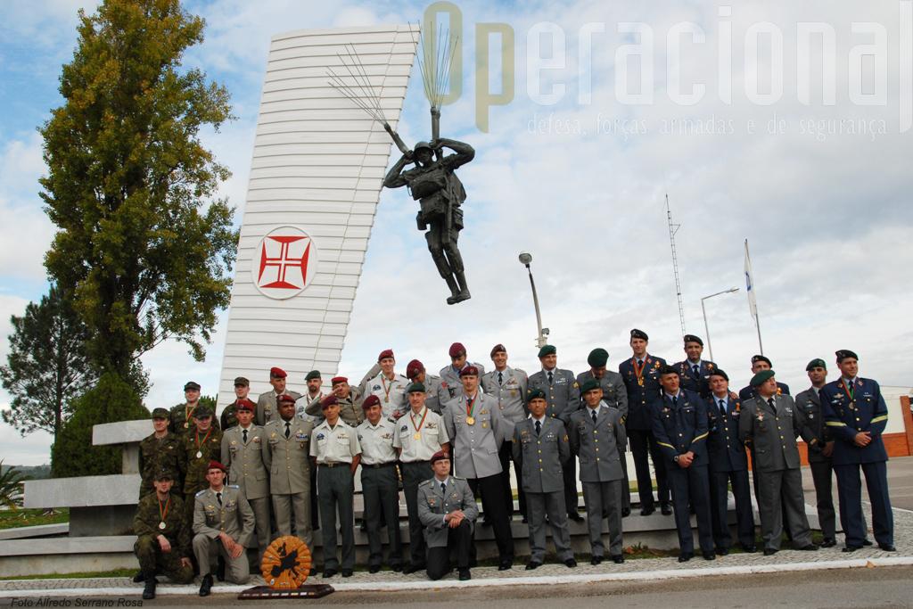 Foto de familia das equipas participantes junto ao Monumento aos Pára-quedistas Mortos em Combate
