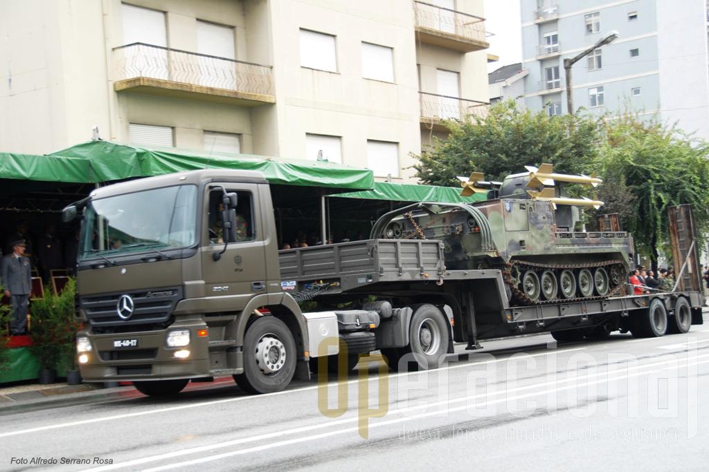 "Camião tractor Mercedes-Benz 20141 transportando o ""Chaparral"""