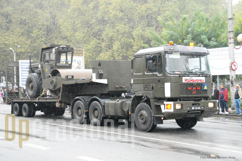 Camião tractor MAN 24 ton rebocando cilindro da Engenharia