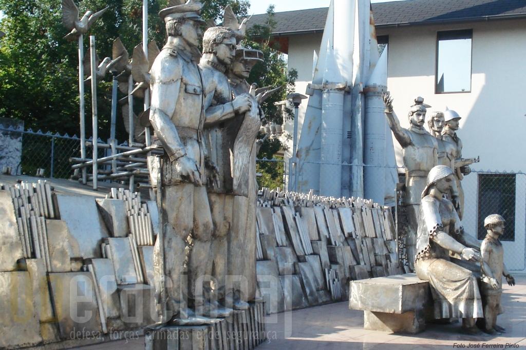 Memorial à Paz na entrada do Museu