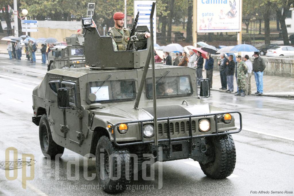HMMWV M105A2. Estas viaturas já serviram em Timor-Leste e Kosovo, depois receberam blindagem Plasan-Sasa e rumaram ao Afeganistão, onde ainda servem