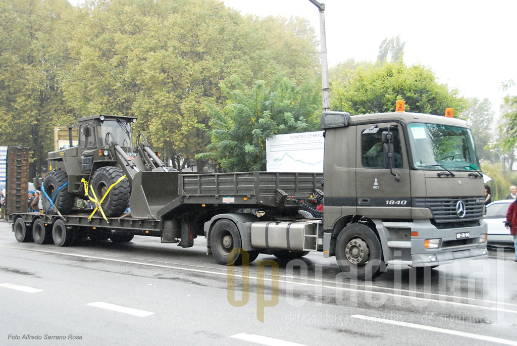 Camião tractor Mercedez-Benz 1840 Actros transportando Pá-Carregadora Volvo 4400