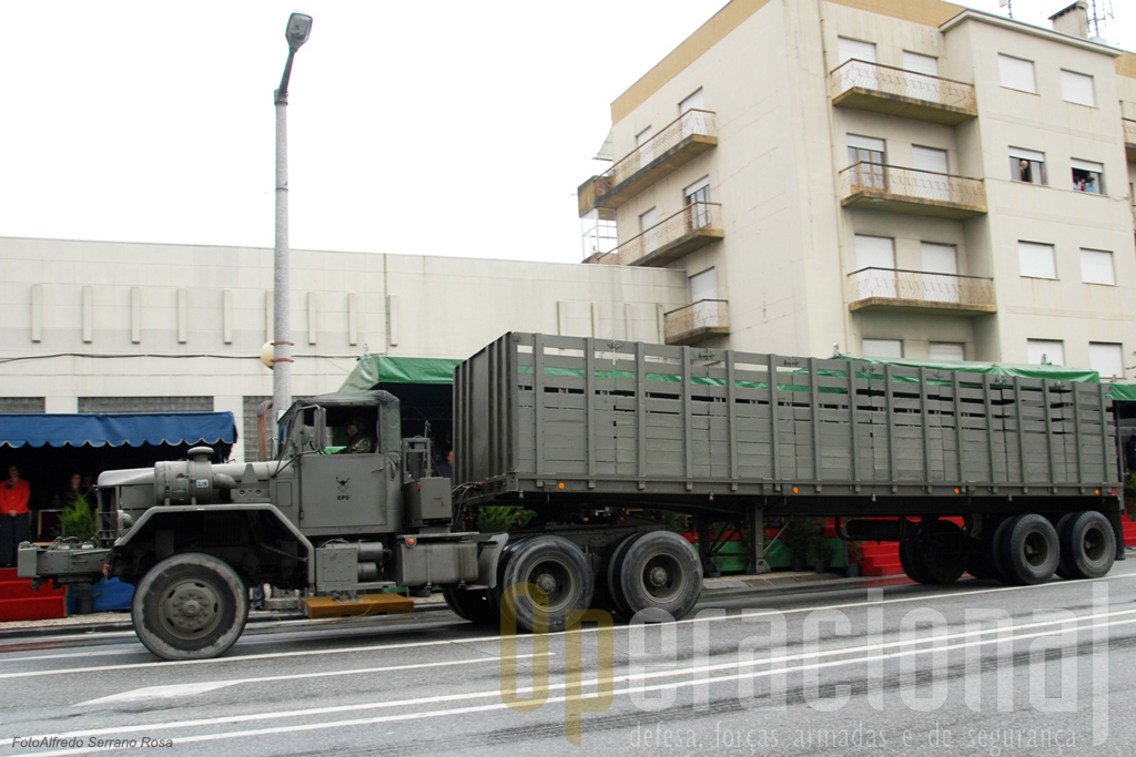 O mesmo camião tractor M818 com reboque de transporte geral