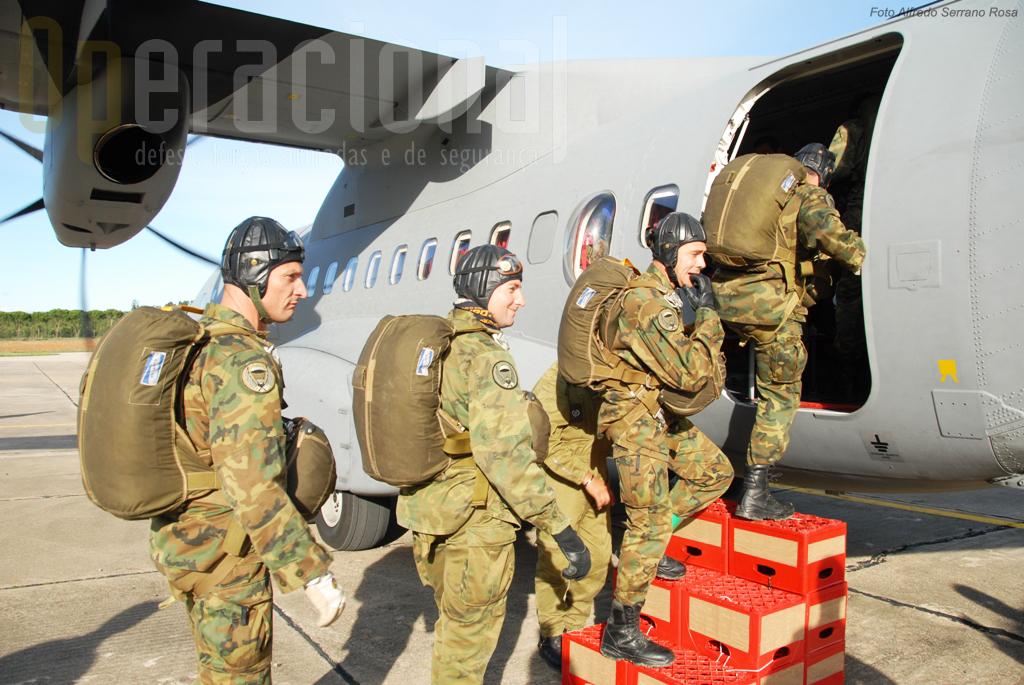 A Equipa da Escuela de Alcantarilla,da Força Aérea espanhola, embarca para o salto de abertura automática.
