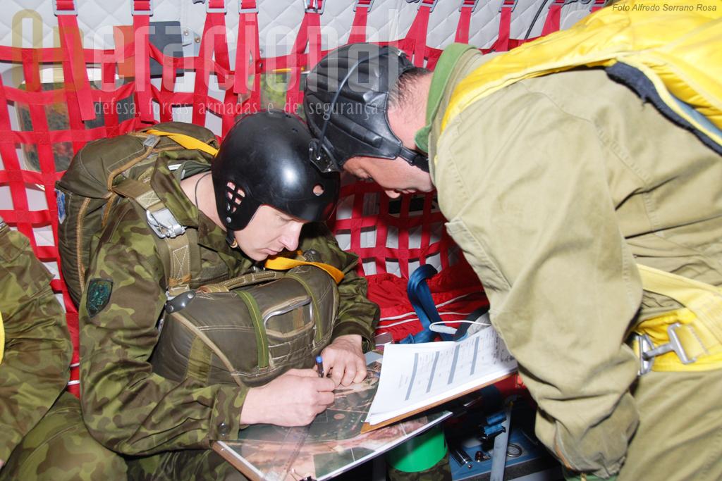 A bordo da aeronave o largador da Estónia recebe as informações sobre a Zona de Lançamento do Arripado para orientar a sua equipa.