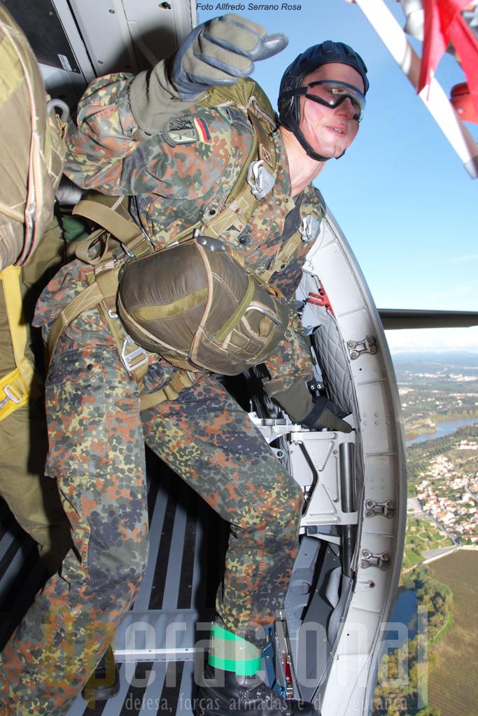 À porta do C-295M o largador alemão, olhando para a zona de lançamento, orienta a aeronave e dentro de segundos irá saltar com a sua equipa