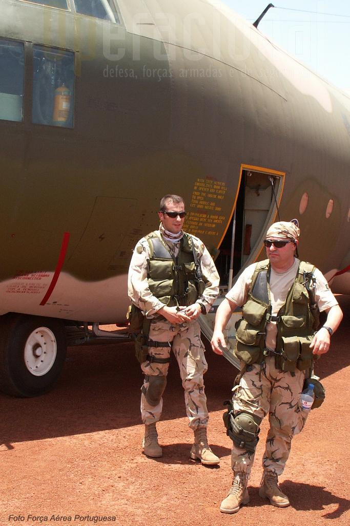 """Dois elementos da UPF junto ao """"C"""" português em Birau na República Centro Africana"""
