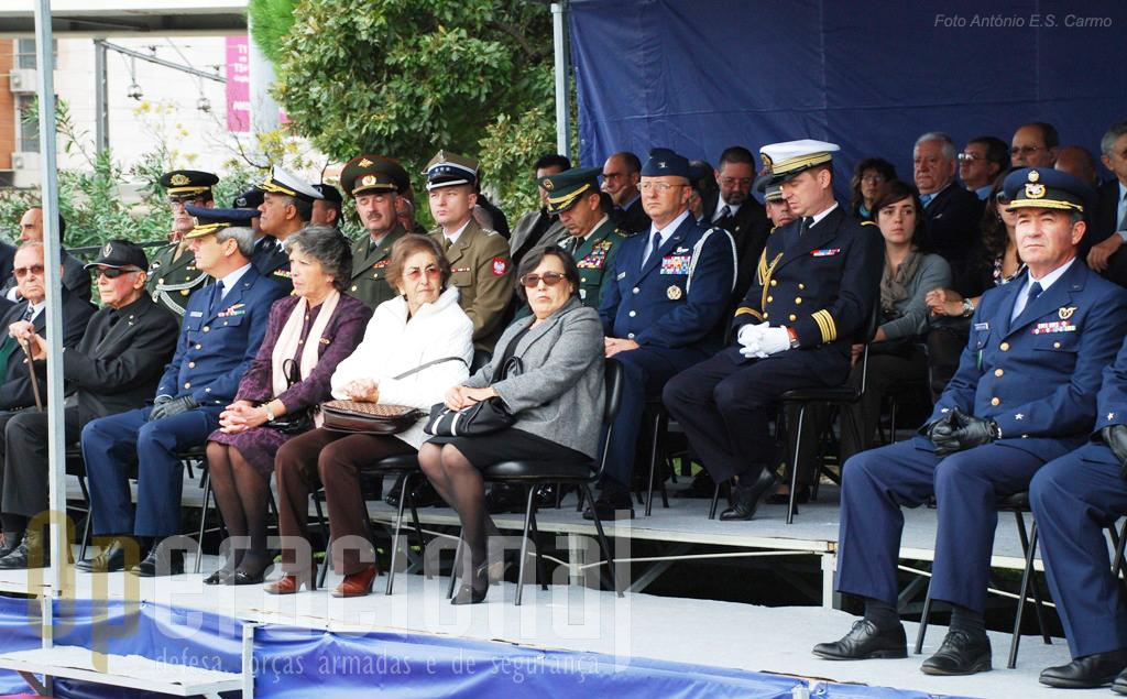 Entidades militares, policiais, membros do corpo diplomático acreditados em Portugal e civis anónimos quiseram estar presentes nas comemorações.