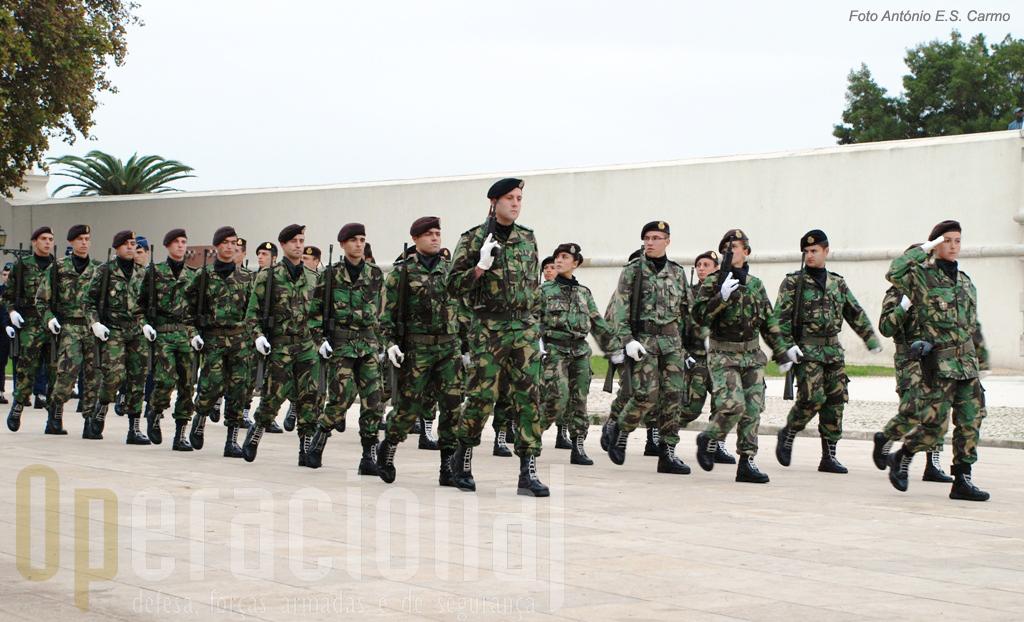Forças regulares do Exército Português desfilam com garbo.