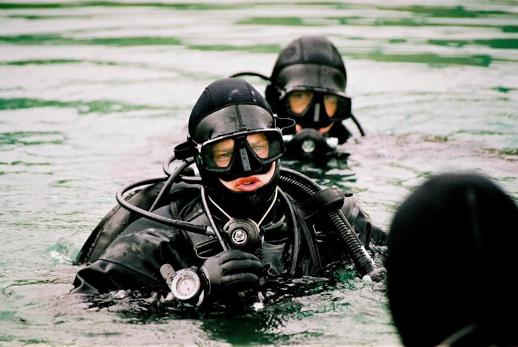 """O sargento sapador/demolições do 5º Regimento de Forças Especiais """"Joseph Gabcika"""" domina as técnicas de mergulho (circuito fechado) e de demolições subaquáticas. (Foto de Mário Pazický via autor)"""
